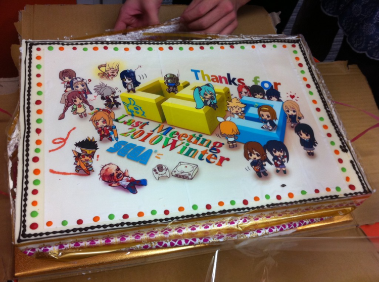Internally used Sega used to make cakes for each of their divisions, celebreating a year. On this cake, it portrays of busy CS3 has been in 2010. On the cake you cap spot Shining Hearts, Phantasy Star Portable 2, K-On, Hatsune Miku, Vanquish and the Dreamcast (indicating the DC ports in 2010)